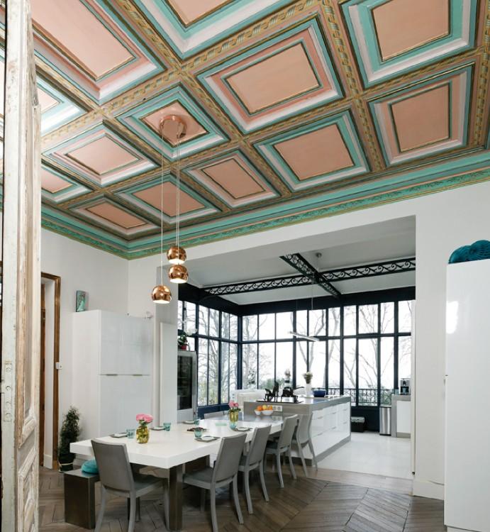 """Photographie de la cuisine """"Le fil d'Ariane"""" avec un plafond coloré"""