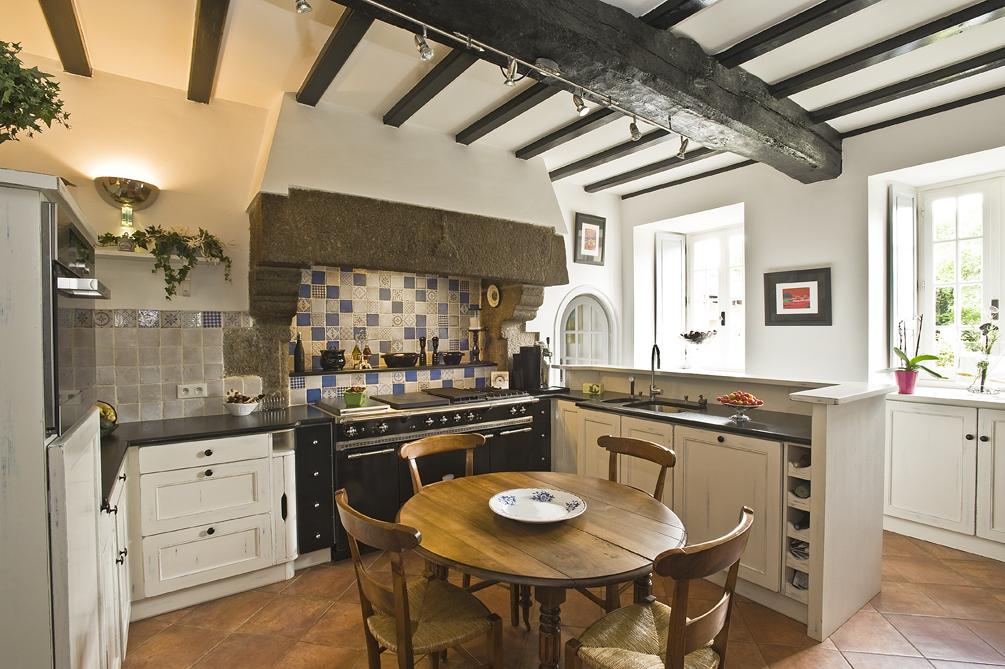 la cuisine chante le charme de la tradition. Black Bedroom Furniture Sets. Home Design Ideas