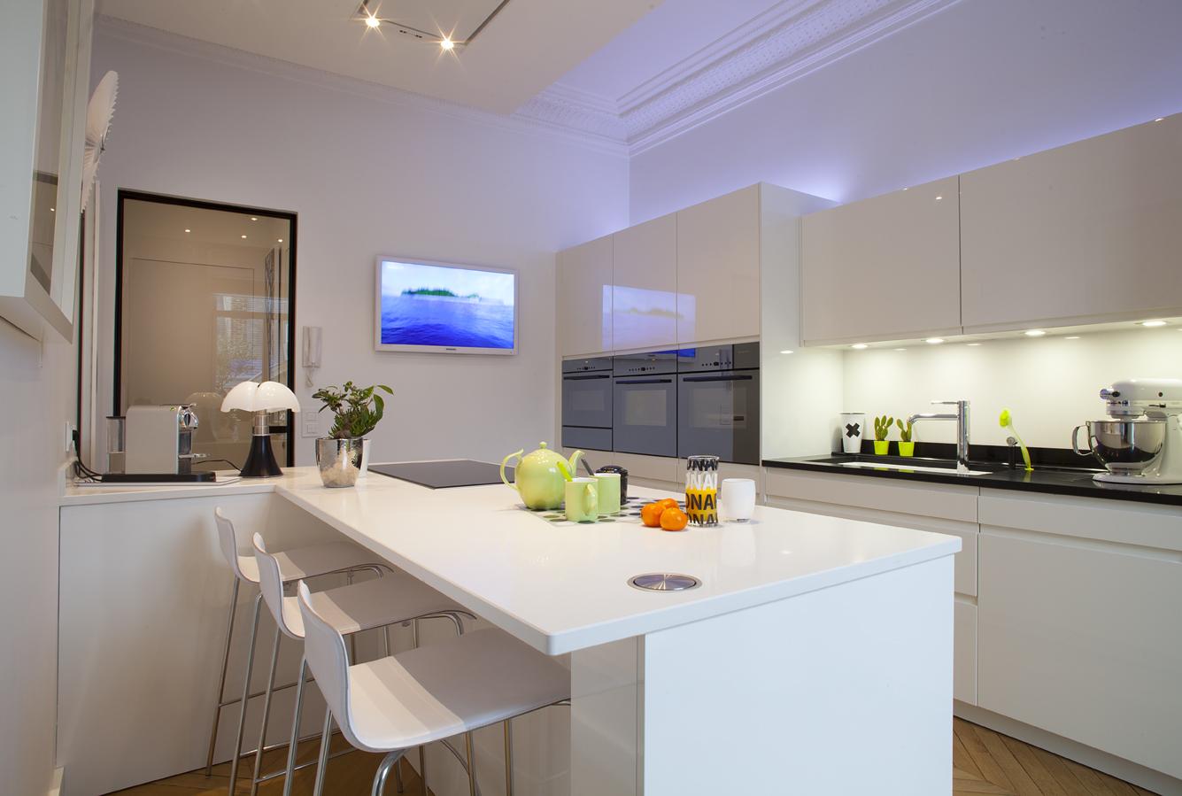 Cuisine blanche et s ductrice cuisines et bains - Cuisine et bain magazine ...