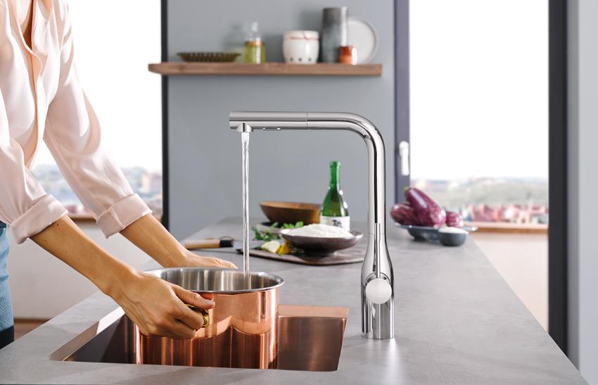 le robinet grohe sans les mains le pied cuisines et bains. Black Bedroom Furniture Sets. Home Design Ideas