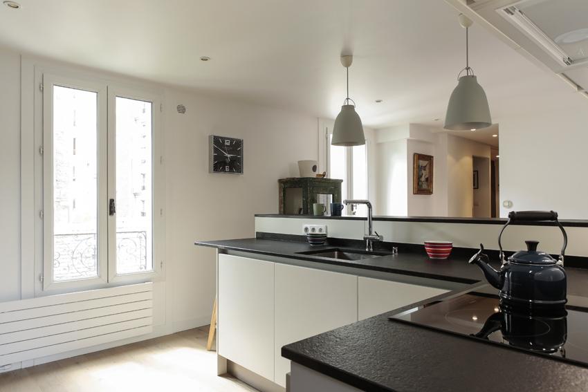 cuisine ouverte noire et blanche