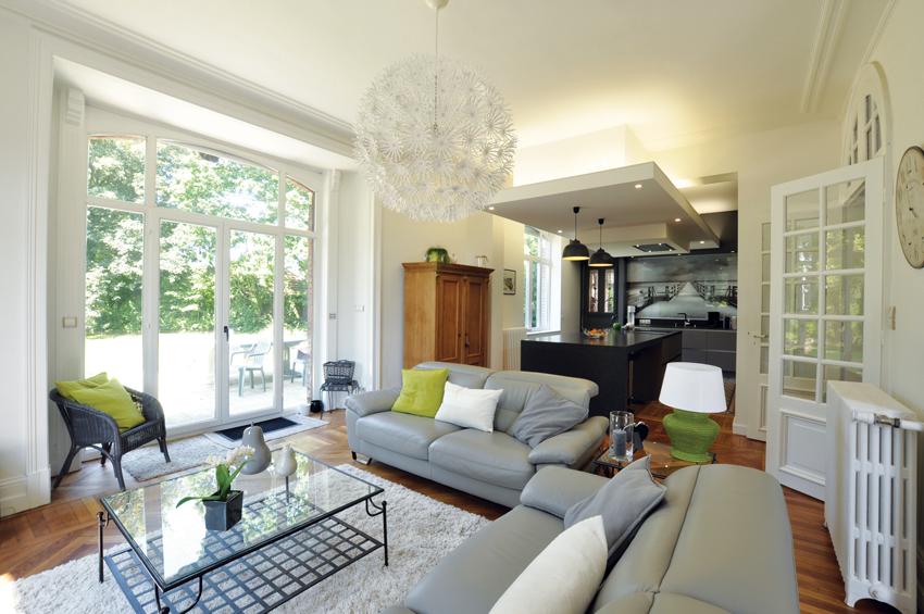 salon cuisine ouverte grise moderne