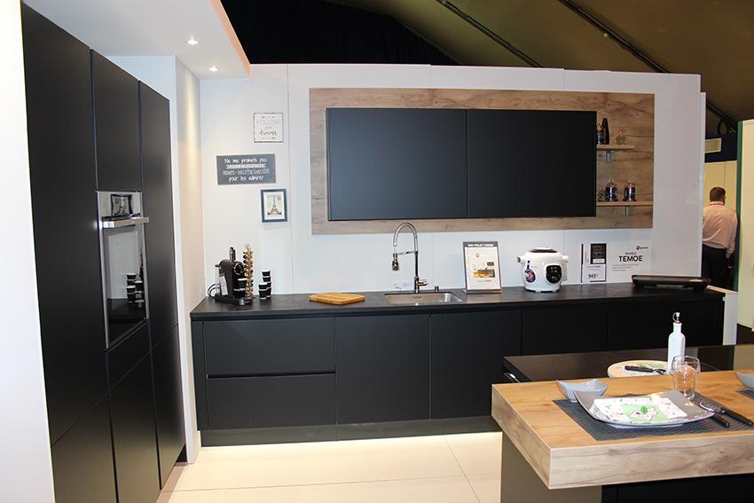 but segmente son offre cuisine cuisines et bains. Black Bedroom Furniture Sets. Home Design Ideas